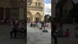 Violinista toca su versión de 'Despacito' frente a la Iglesia de Notre Dame en París