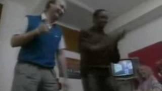 Phil Collins dançando o CRÉU