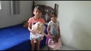 Helena e Eliza cantando A bonequinha (Xuxa)