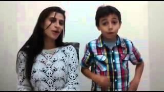Criança canta com mãe...bombeiro