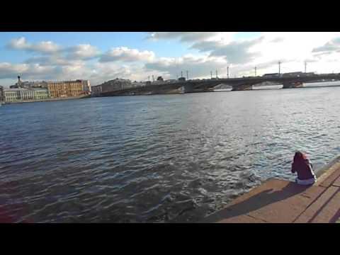 Al lado del Rio Neva de San Petersburgo (Rusia)