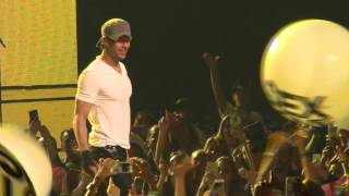 Enrique Iglesias FAIL hit by a ball FUNNY IN LIVE CONCERT
