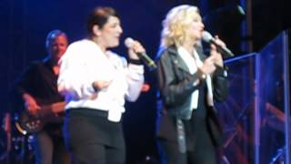 Olivia Newton-John - Summer Nights (clip) - live in Vancouver