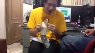 Canserbero cantando junto a su marioneta Es EPICO