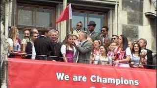 Franck Ribéry essaye de chanter Les Champs Elysées devant la foule à Munich !