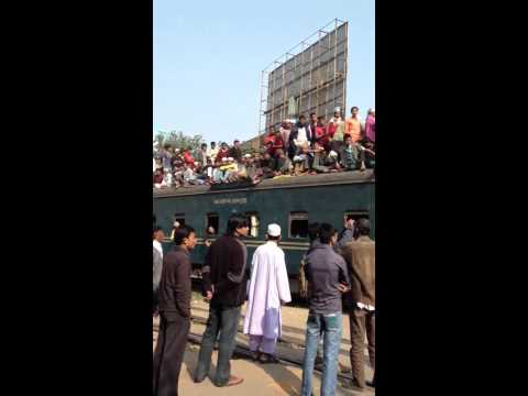 Traincross in Dhaka with LOT of people on The train