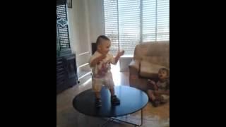 niño gitano bailando rumba con un añiko