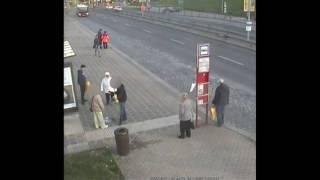 PČR: Muž v Praze brutálně napadl seniora, lidé na zastávce jen přihlíželi