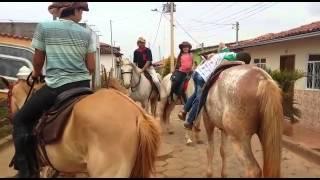 Garoto de 8 anos e altura de 5 monta cavalo enorme