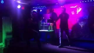 Fuera De Control Alexiz Sy Y Eddy Flow En Vivo En El Chelatos bar grill