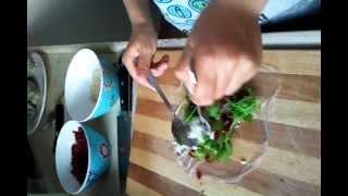 יהלי פלטי מכין ספרינגרול חמוציות ורוקפור לארוחת חג