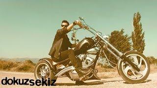 Sadık Karan - Radyoda Geçtiğin Şarkı Gibiyim (Official Video)