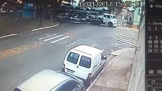 Veículo cai da cegonha ao enroscar na rede Elétrica