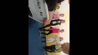 Dançando no dia das mães na escola eu sou a de roupa rosa