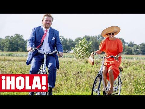 Máxima de Holanda con taconazo, bolso y pamela en bicicleta