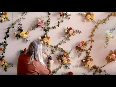 Hanna Wendelbo skapar en levande blomstertapet tillsammans med Blomsterlandet