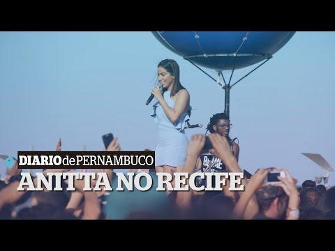 Anitta faz show surpresa no Recife