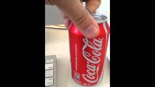 Abrindo lata de Coca-Cola
