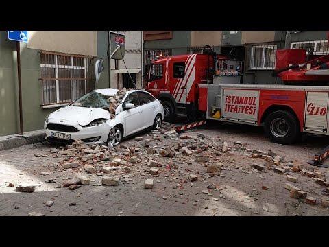 Beyoğlu'nda binanın çatı duvarı çöktü faciadan dönüldü