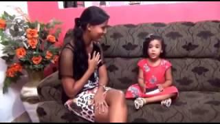 Menina pequena cantando música gospel .