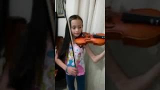 La niña toca violin de despacito con luis fonsi