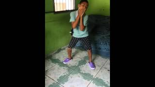 Menino de 13 anos dançando passinho do romano