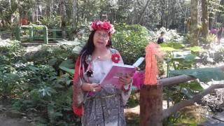 Fada Pérola Lis do grupo das Fadas Brilhantes diamantes, lendo o poema dedicado a ela.