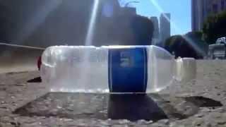 O que acontece quando você joga uma garrafa de plástico no chão - GriloVirtual