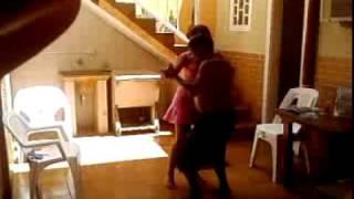 o tio bebado dançando com a sobrinha