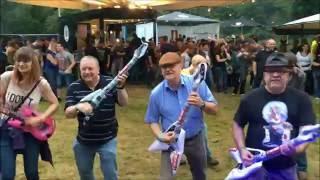 Beim Uferrock: Tune Circus verteilen Luftgitarren