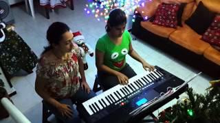 Ada tocando Piano