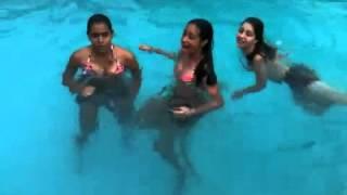 Meninas na piscina Haha