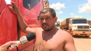 06/02/17 Motorista revoltado despeja carga de soja em pátio de empresa no Industrial Nova Prata