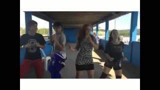 Larissa Manoela, Maria Pina, Luckas Moura e Gabriel Moura dançando