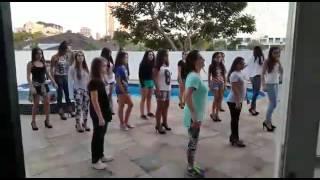 15 meninas dançando work cover de salto