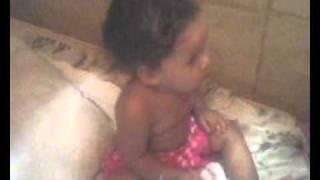 bebê dançando musica de suspense