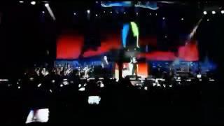 Gianni Morandi cade in diretta su Radio Italia live Palermo