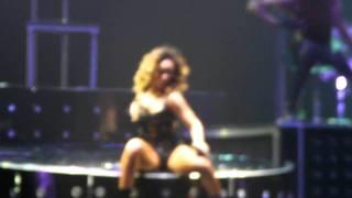 Rihanna - Skin (Live Lisbon) @