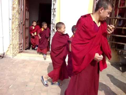 Monges tibetanos en Museo de Katmandu.MPG