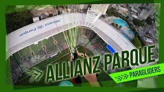 Piloto de paraglider pousa no gramado do Allianz Parque