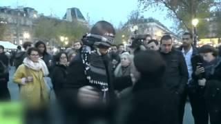 Musulmán se manifiesta en París con abrazos gratis.