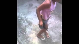 Menina de 8 anos dançando funk