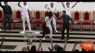 Mulher invade culto aos gritos e denuncia pastor