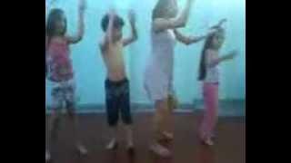 Dançando Kuduro com a coreografia do Chaves
