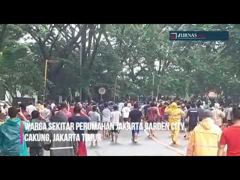 Banjir yang menggenangi wilayah Jakarta Garden City, Cakung Jakarta Timur, bikin warga sekitar marah. Mereka menuding disebabkan Mall Aeon. Massa melakukan pengrusakan
