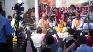 yashomati maiya se bole nandlala live by Kavita Murti at Babulnath | Radha kyu gori mei kyu kala