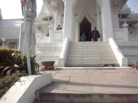 07 Prof  Juan Lázara recorre monasterio budista thailandés  en Lumbini, Nepal, lugar de nacimiento de Buddha