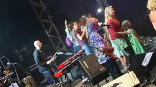 Raymond van het Groenewoud roept 40 meisjes op het podium van Festival Dranouter