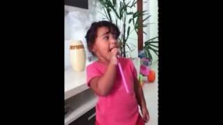 Yasmim cantando confiarei-Aline barros