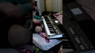 Thiago tocando no teclado